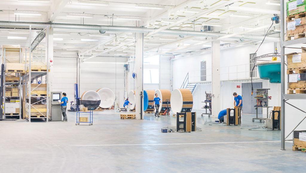 Aufnahme der Fabrik mit Mitarbeitern, die die Hot Tubs bauen