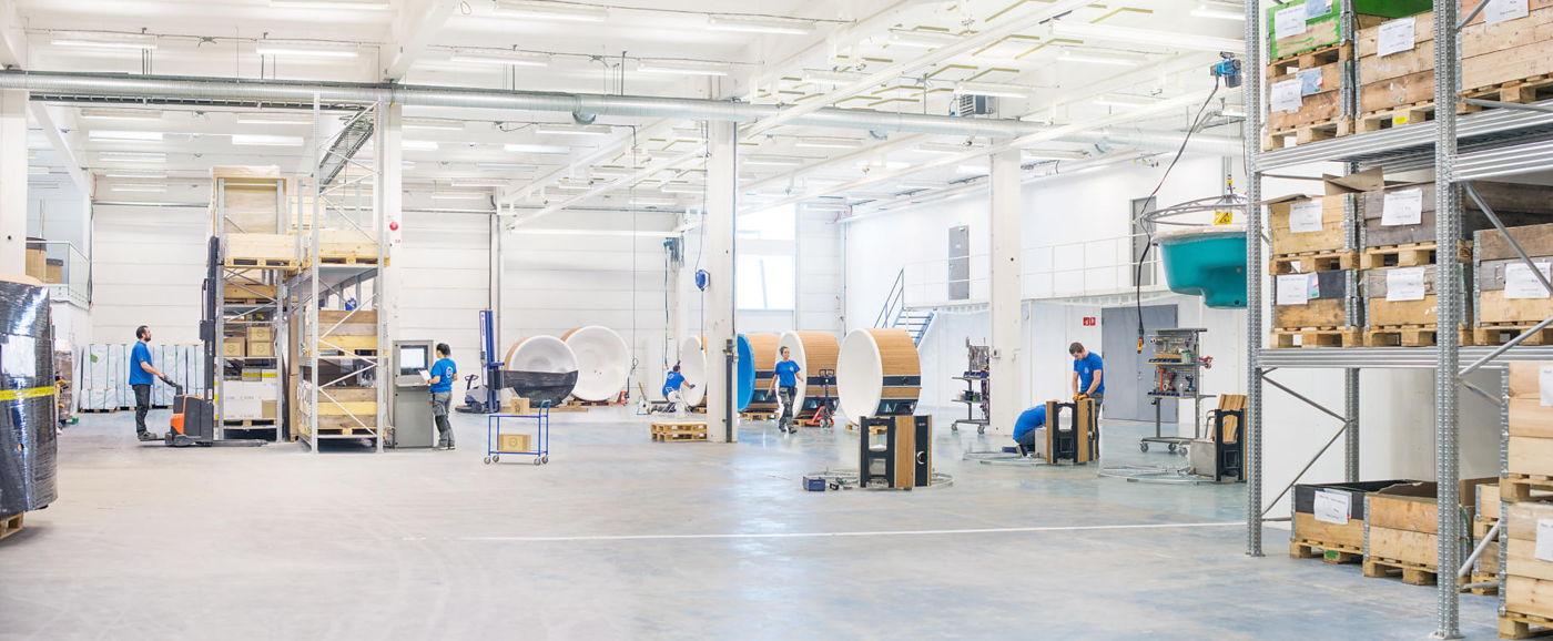 Överblick över Skärgårdstunnans badtunna fabrik med produktionsmedarbetare